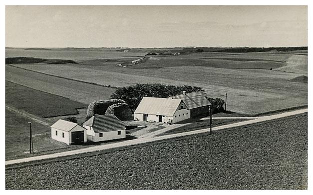 Gravenhøjvej 24Bemærk det hvide hus ved siden af garagen, det er huset fra Listhøje.