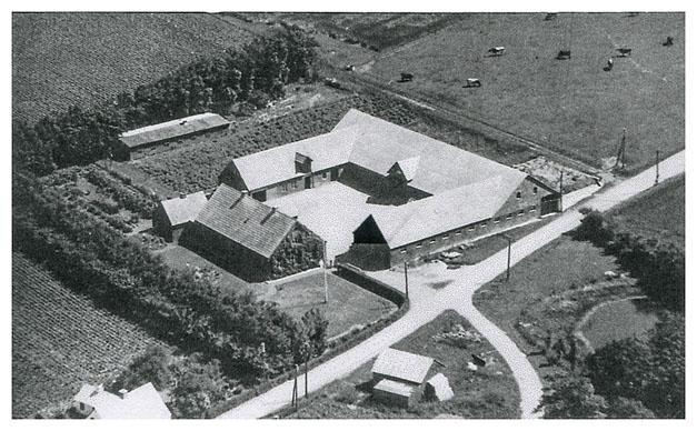 Hovgård, Fuglebækvej 3 omkring 1952. Forneden ses også maskinhuset og lidt af det hvide hus der er beskrevet før Hovgård.