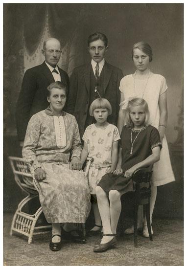 Louise Andersen og Niels Peter Madsen med deres børn Jesper Johan, Anna Marie, Karen Olivia og Hilda Elisabeth.